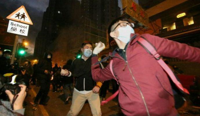В Гонконге протестующие напали на полицейских, есть пострадавшие (видео)