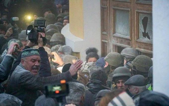 Нацгвардия назвала число пострадавших во время штурма Октябрьского дворца: опубликованы фото (5)