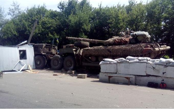 На Донбасі сталася ДТП з бойовою технікою, є загиблий: з'явилися фото (3)