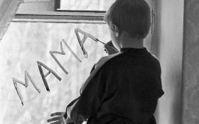 У Києві горе-батьки залишили маленьких дітей на дві доби під замком