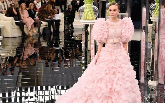 Дочь Деппа закрыла показ Chanel на Неделе моды в Париже  фото и видео новой  коллекции bffdc731a75