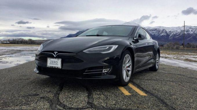 Электрокар Tesla стал самым быстрым бронеавтомобилем в мире: опубликовано видео