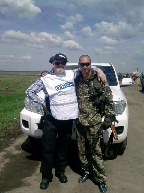 Миле фото: соцмережі обурив знімок спостерігача ОБСЄ з бойовиком на Донбасі (1)