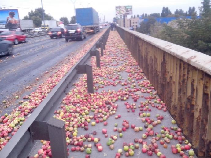 Міст в Києві засипало яблуками: опубліковані фото (1)