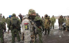 Полиция сняла блокаду одной из дорог на Донбассе: начальник получил по лицу, опубликовано видео