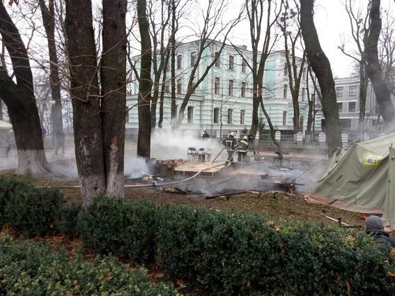 Под Верховной Радой произошел пожар: сгорела палатка протестующих (2)