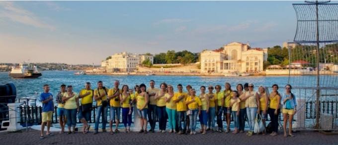 З Україною в серці: жителі окупованого Криму влаштували патріотичний флешмоб (1)