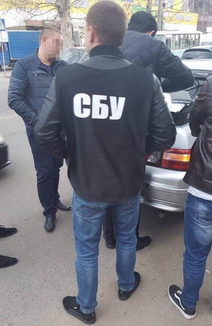 В Херсоне СБУ задержала полицейского на взятке: появились фото (1)