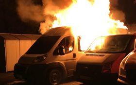 """Из-за """"похоронных"""" разборок в Мариуполе сгорели 7 авто: появились фото и видео"""