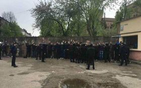 Во Львове полиция не дала разгореться массовой драке: опубликовано фото
