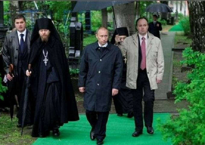 Він знав, як носити парасольку: соцмережі висміяли нового главу адміністрації Путіна (1)