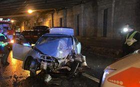 В Киеве машина разбилась об опору моста: фото с места аварии