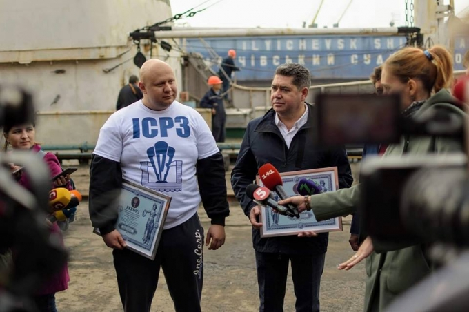 Протащил зубами корабль массой 600 тонн: украинец попал в Книгу рекордов Гиннесса (2)