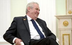Больше этого в политике не будет: президент Чехии публично сжег нижнее белье