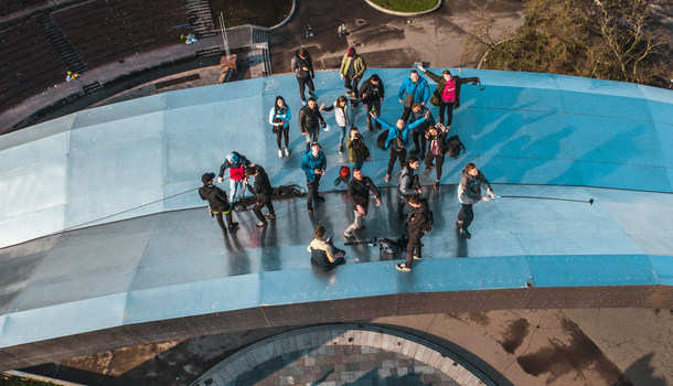 В Киеве руферы устроили экстремальный подъем на Арку Дружбы народов: зрелищные фото и видео (2)