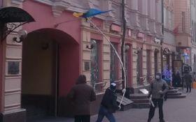 Звичайний фашизм: соцмережі обурило спалення прапора України в Росії