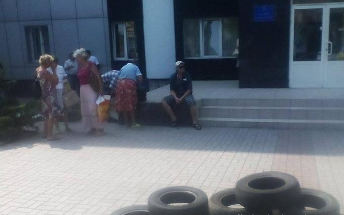 Під прокуратуру в Маріуполі привезли шини: з'явилися фото