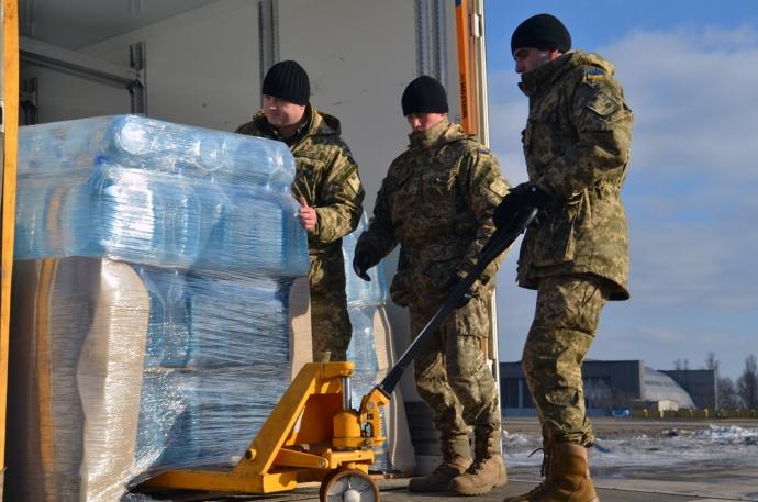 Днепропетровские школьники передали в зону АТО 20 тыс литров воды (7 фото)