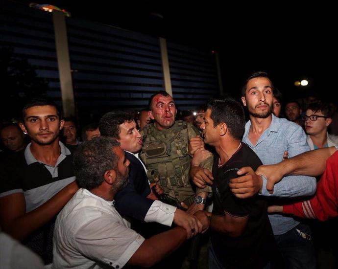 Провальний військовий переворот в Туреччині: хроніка подій, подробиці, найяскравіші фото та відео (14)