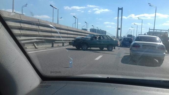 У Києві виникли величезні пробки через ДТП на мосту: з'явилося фото (1)