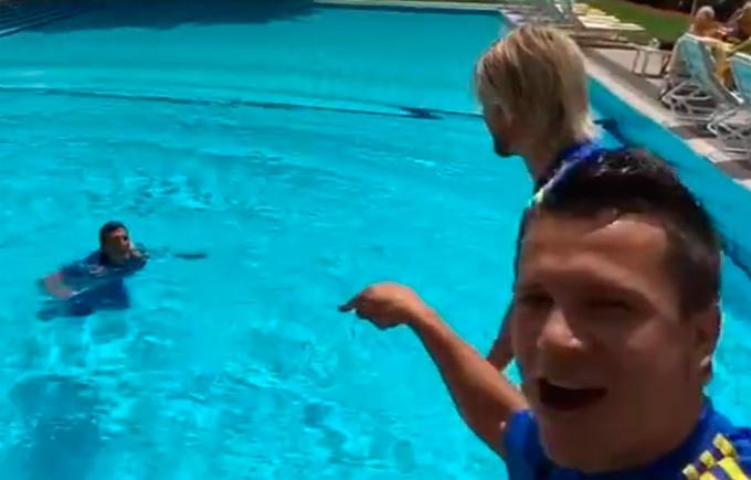 Футболіста збірної України викупали в басейні: опубліковано відео