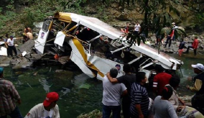 В Мексике с моста слетел автобус с футболистами