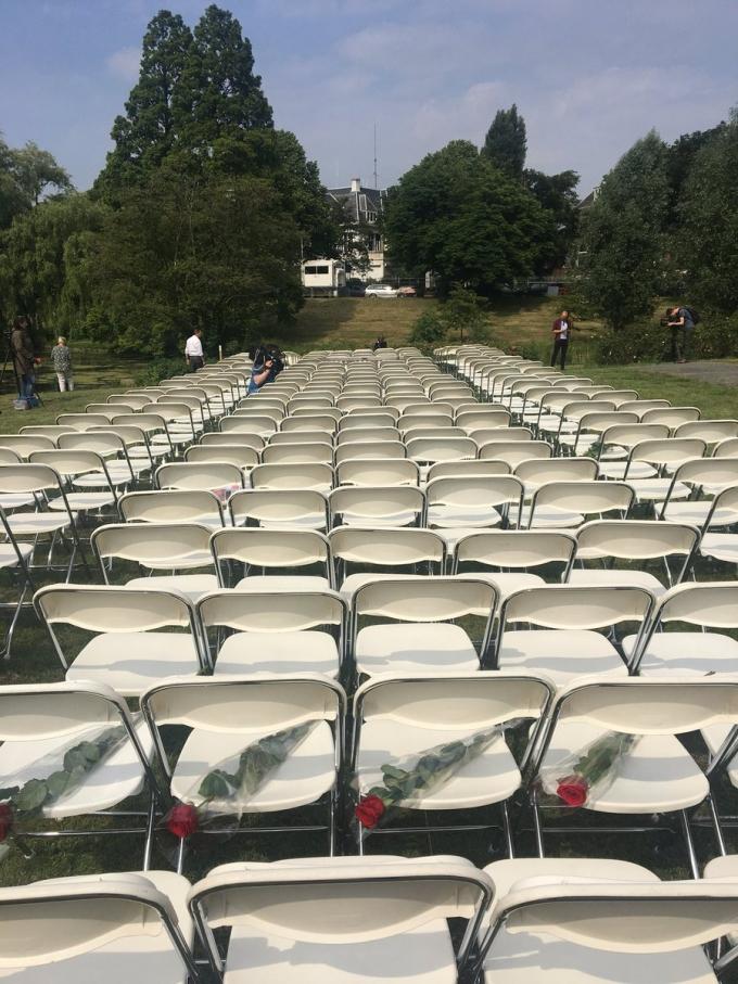 Акция пустых стульев: семьи жертв катастрофы МН17 устроили мощную акцию у посольства России в Гааге (2)