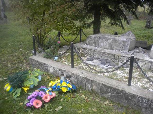 Фанаты ДНР в Польше разрушили украинский памятник: появилось видео (1)