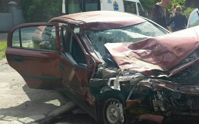 У Києві авто влетіло у маршрутку і спалахнуло, є постраждалі: з'явилися фото