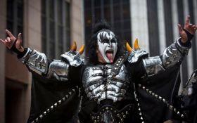 """Лідер гурту Kiss Джин Сіммонс вирішив запатентувати рокерську """"козу"""""""