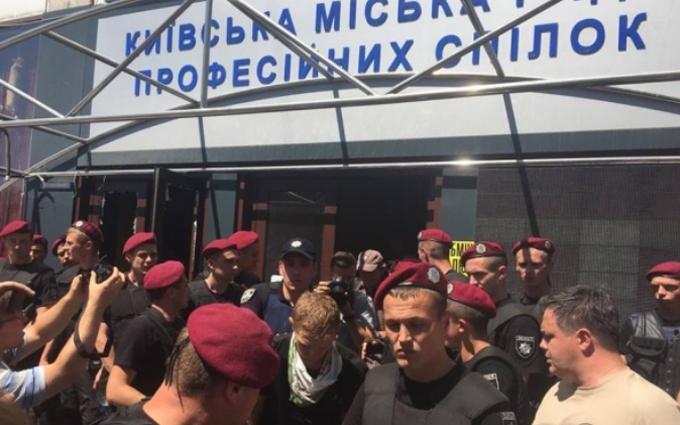 """Через кафе """"Каратель"""" в Києві відбулося побоїще: з'явилися фото і відео"""