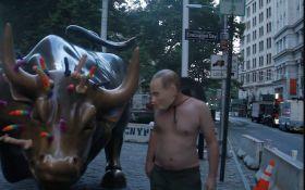 """""""Напівголий Путін"""" на бику в оточенні кольорових секс-іграшок: в Нью-Йорку провели красномовну акцію"""