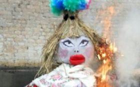 """На Донбасі спалили """"опудало Памели Андерсон"""": з'явилися кумедні фото"""