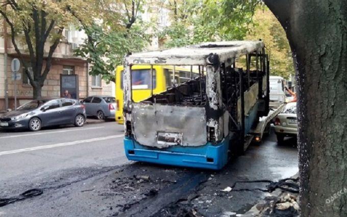В Одесі маршрутка спалахнула прямо на ходу: з'явилися фото і відео