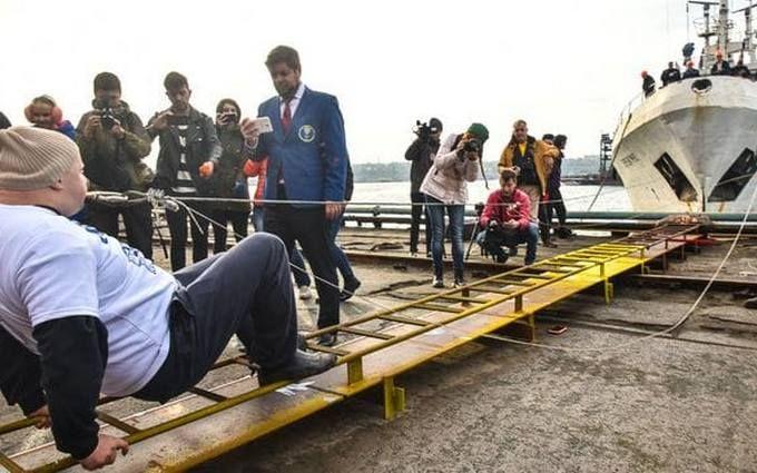Протащил зубами корабль массой 600 тонн: украинец попал в Книгу рекордов Гиннесса