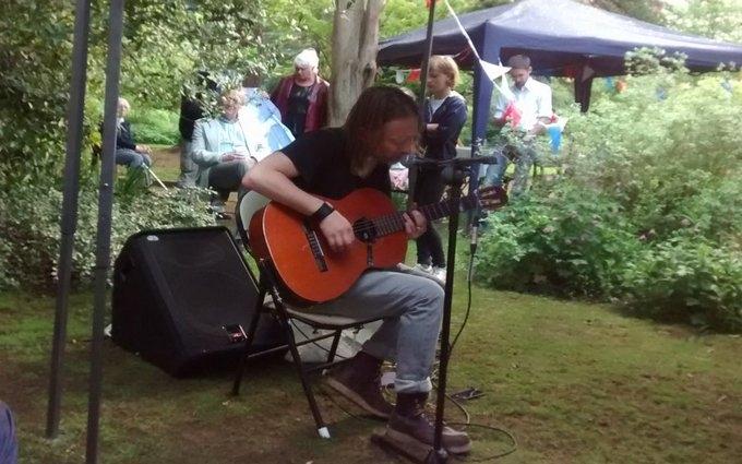 Соліст знаменитої групи зіграв для сусідів: з'явилося відео