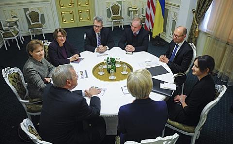 Яценюк зустрівся з делегацією Сенату США