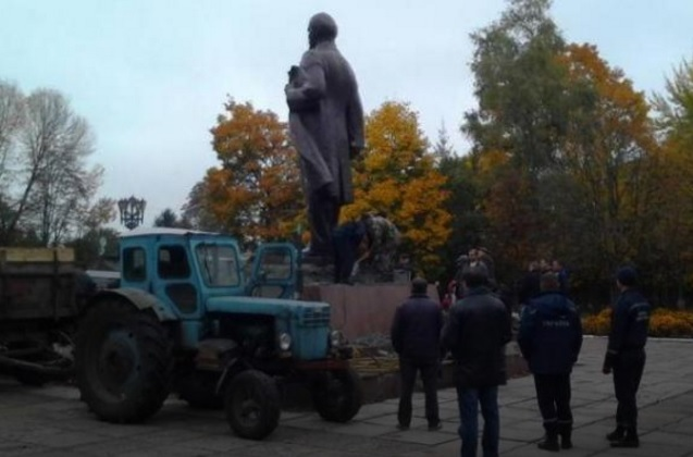З'явилися фото і відео прощання з останнім Леніним України (1)
