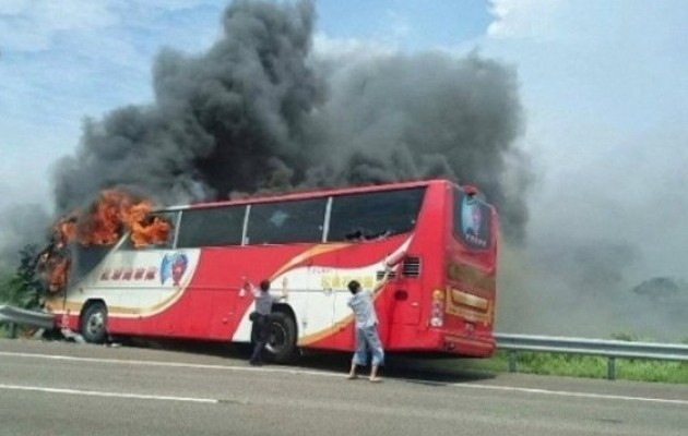 У Тайвані згорів автобус із туристами, загинули всі: з'явилися фото і відео (1)