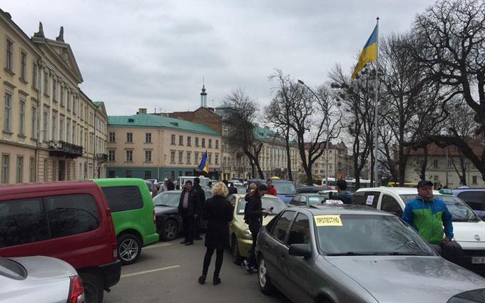 Во Львове ополчились на российские сервисы такси: появились фото и видео (5)