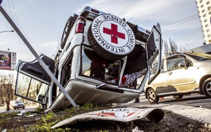 Опубликованы фото и видео с места жуткого ДТП машины Красного креста в Донецке