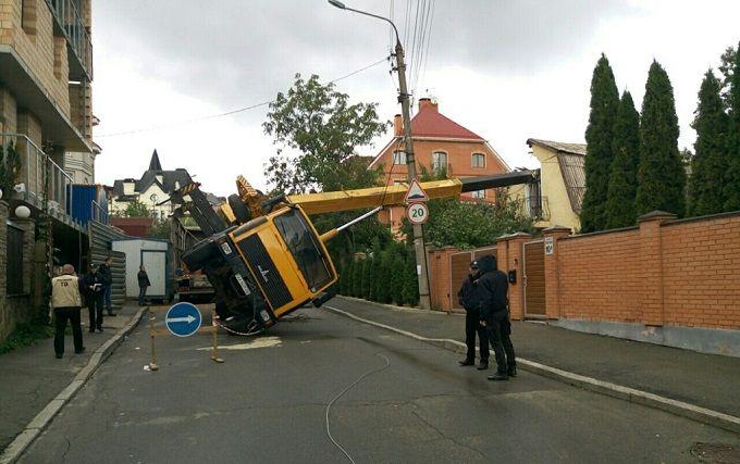 У Києві автокран впав на житловий будинок: опубліковані фото