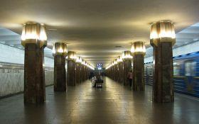 """У київському метро стався дикий інцидент з поліцейським і """"зайцями"""""""
