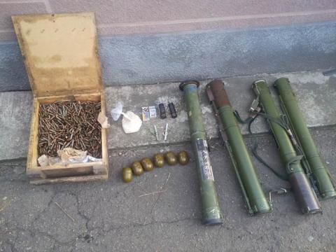 Дві схованки зі зброєю знайшли в Мар'їнському районі (2 фото) (1)