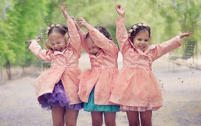 Маленькие сестрички-тройняшки из Австралии покорили сеть: яркие фото
