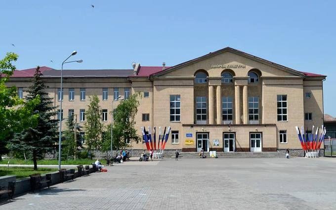 В окупованому Донецьку стали вивішувати прапори Росії: опубліковані фото і відео