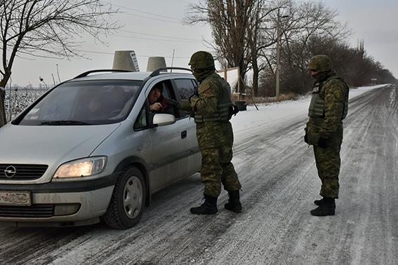 На бойовому чергуванні при мінус 20 морозу: блокпости Донеччини (14 фото)