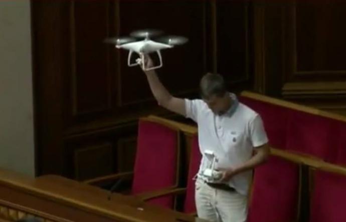 З'явилися фото нардепа, що запускає безпілотник в Раді (1)