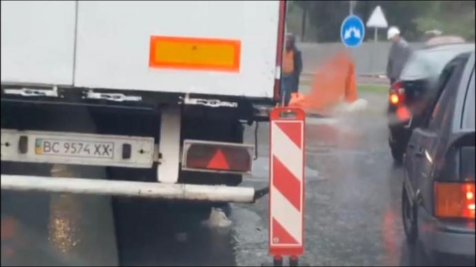 """У Львові на """"новій"""" вулиці вантажівка провалилася під асфальт: з'явилися фото і відео (1)"""
