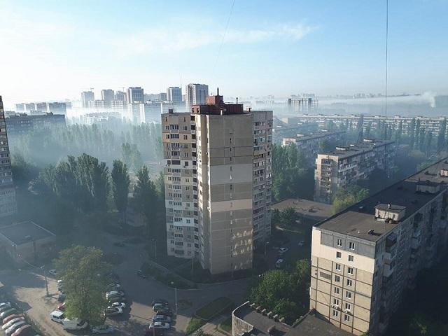 Киев накрыло густым и едким дымом: местные жители публикуют красноречивые фото (3)